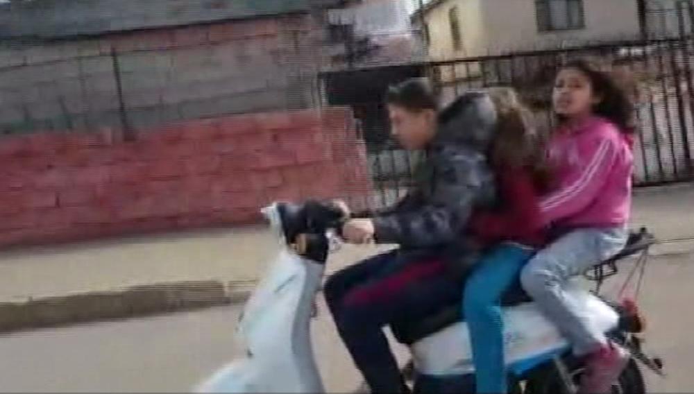 Çocukların elektrikli bisikletle tehlikeli yolculuğu