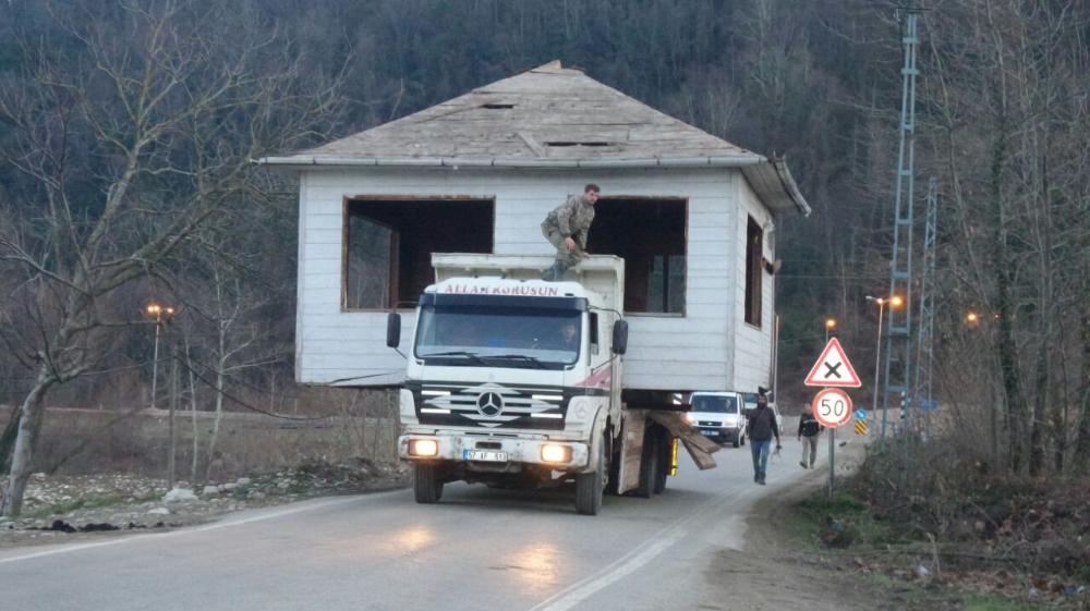 Sinop'ta bir vatandaş ahşap evi kamyonla taşıdı
