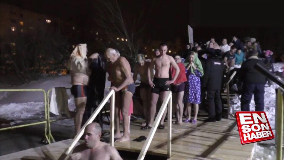 Rusya'da yüzlerce kişi buz gibi suya girdi