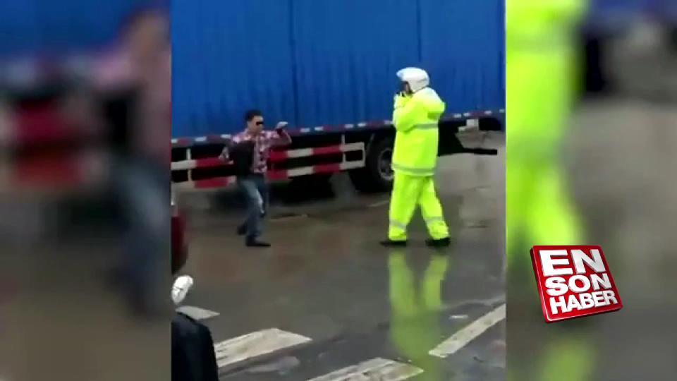 Trafik polisine kızıp Kung Fu yapan adam