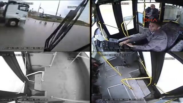 Çorum'da halk otobüsü ile TIR'ın çarpışma anı