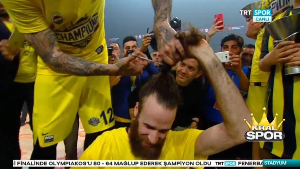 Fenerbahçeli Datome sözünü tutarak saçlarını kestirdi