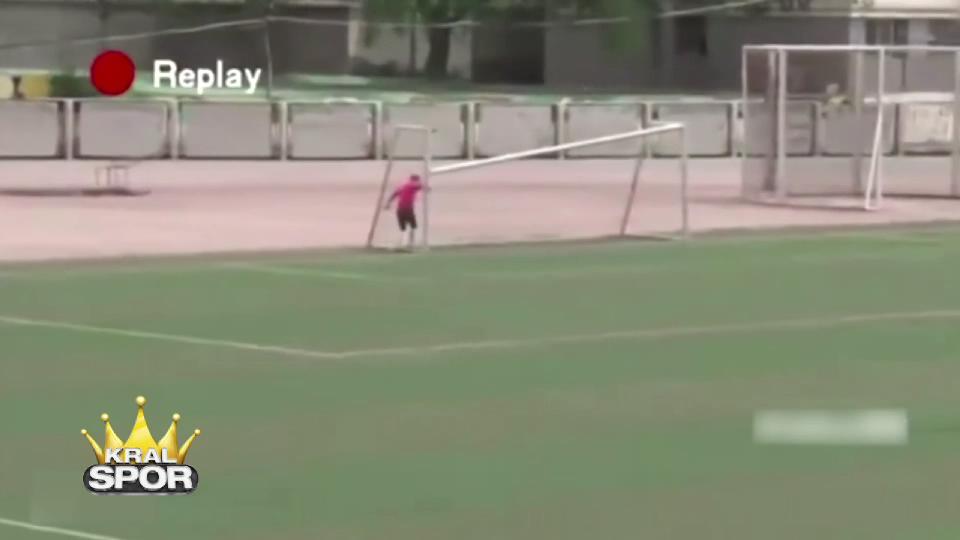 Orta sahadan kale direğini yıkan futbolcu