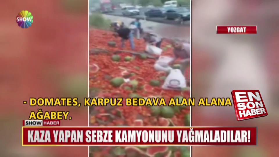 Kaza yapan sebze kamyonunu yağmaladılar