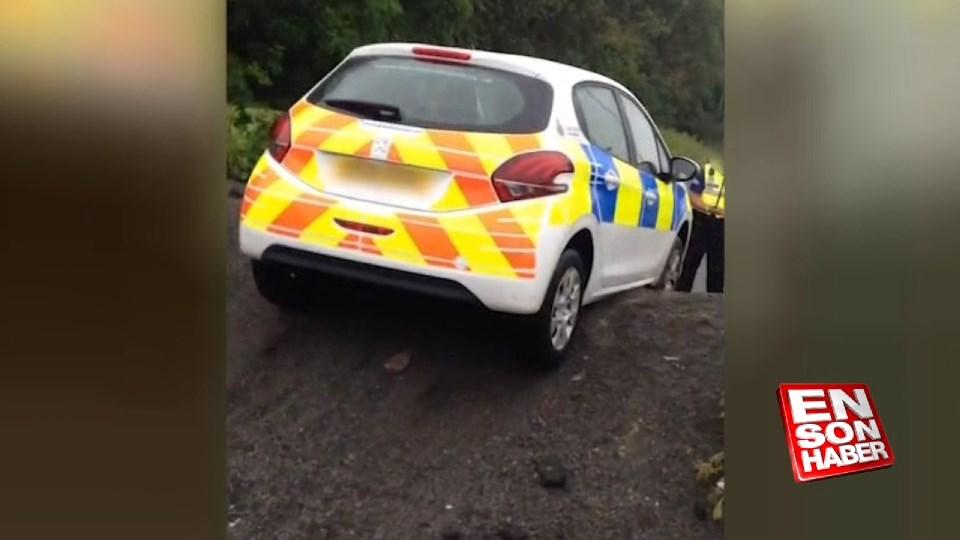 Polis arabası tümsekte kaldı