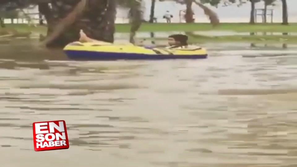 Kadıköy'de yağmur sularında yüzdüler