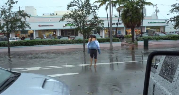 Miami'de tatilciler su taşkınlarıyla boğuşuyor