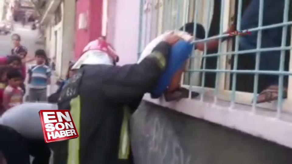 Pencere parmaklığına sıkışan çocuğu itfaiye kurtardı