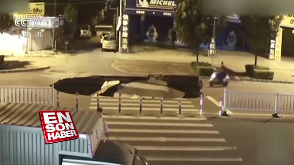Çin'de motorlu dev çukura düştü