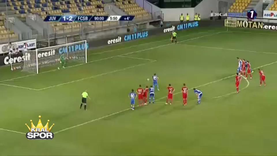 Penaltı kaçıran futbolcuya takım arkadaşları saldırdı