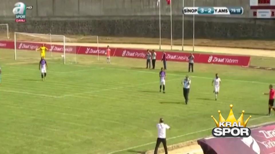 Maç oynanırken sahaya giren güvenlik görevlisi