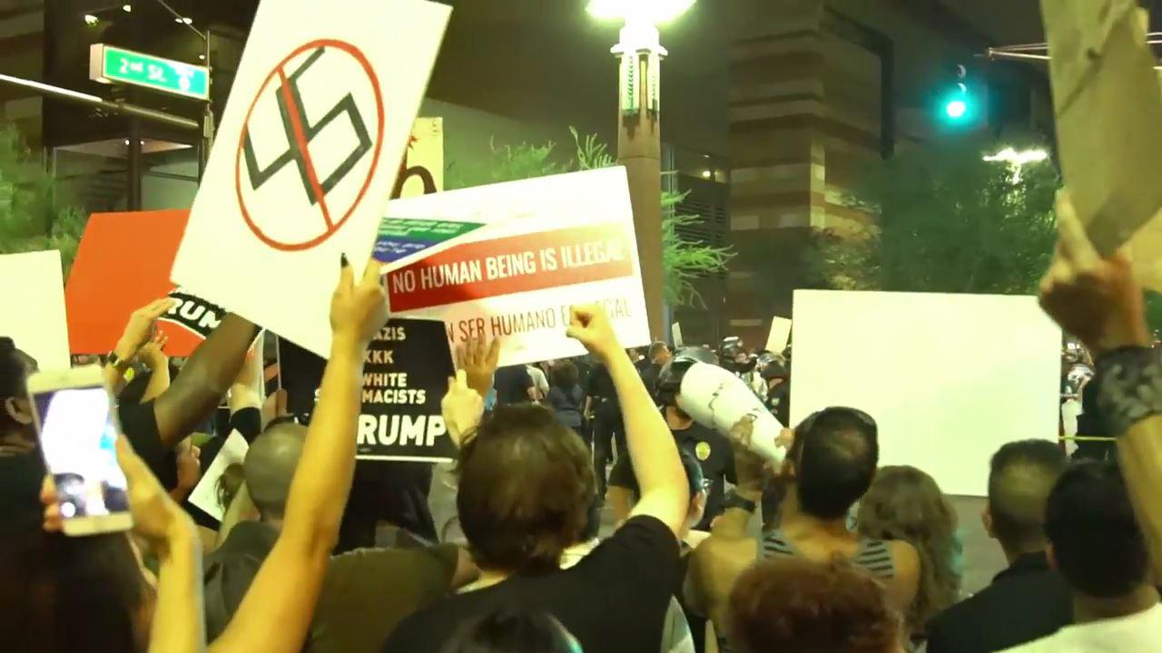 Trump mitingi öncesi Phoenix sokakları karıştı