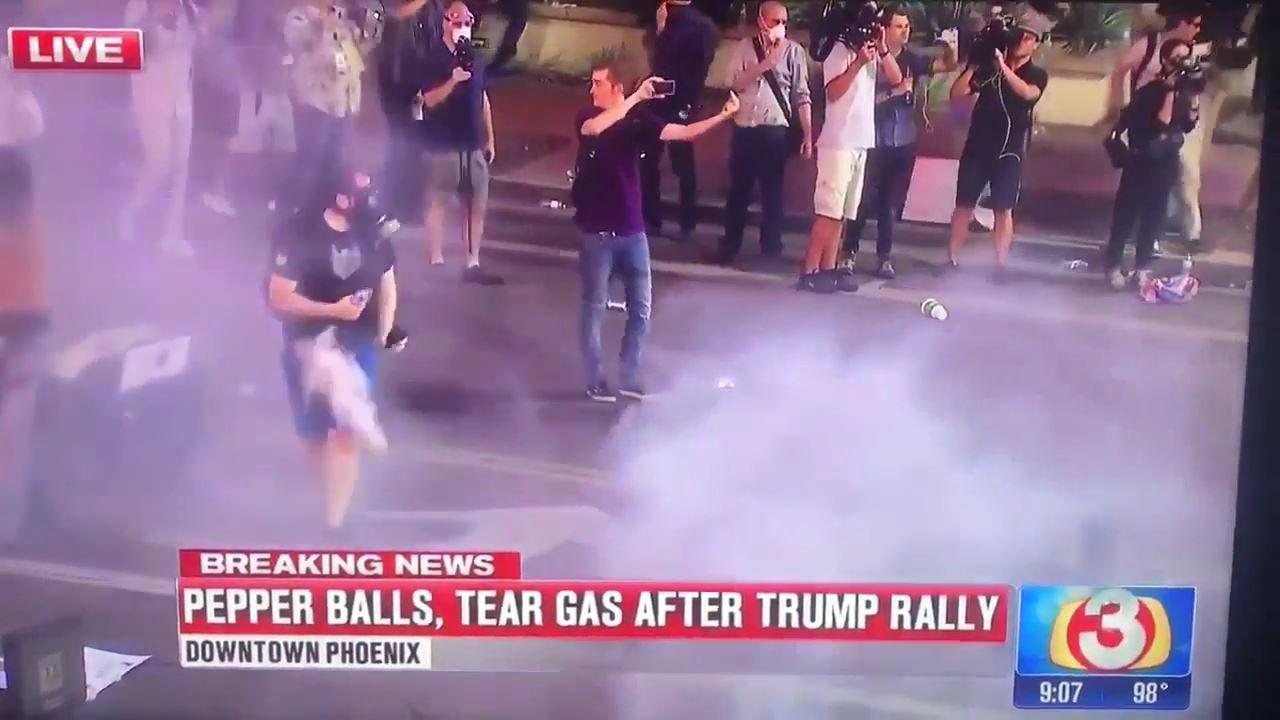 Trump protestosunda gösterici gaz fişeği ile vuruldu