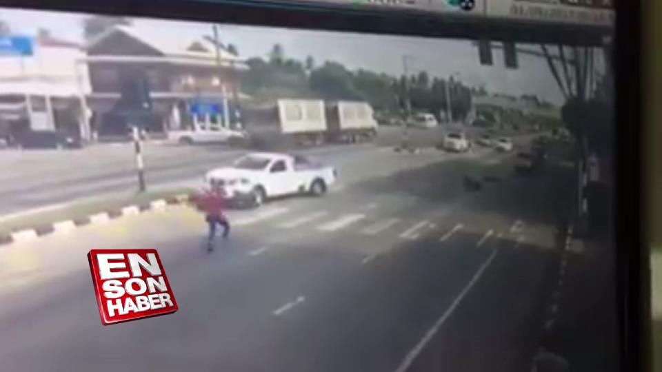 Kaza geçiren motorlunun yardımına örümcek adam koştu
