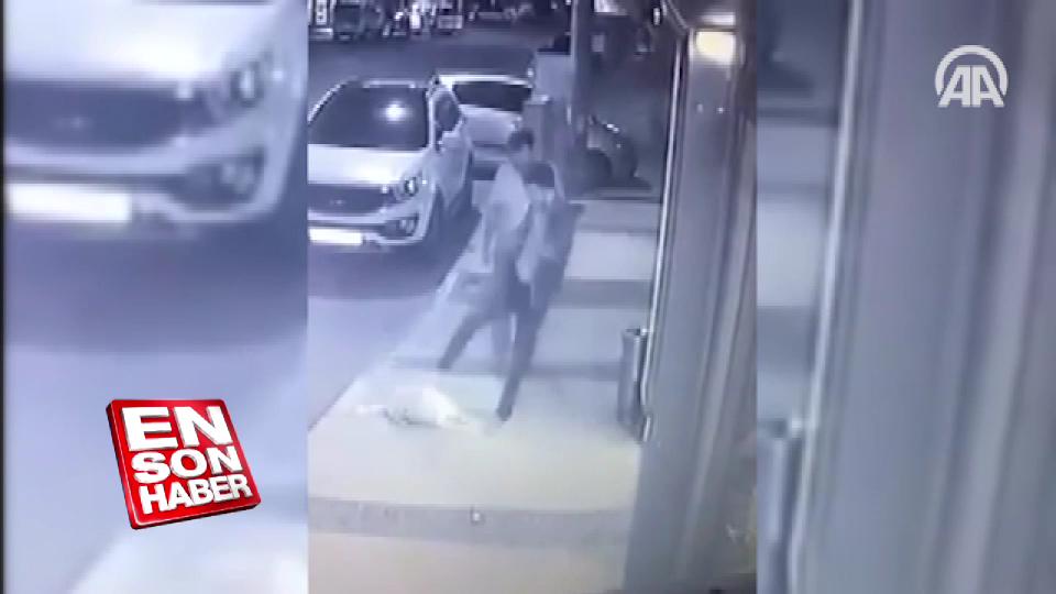 İzmir'de kaldırımda duran köpeğe tekme atan adam