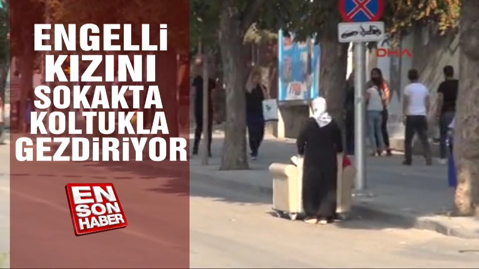 Engelli kızını sokakta koltukla gezdiriyor