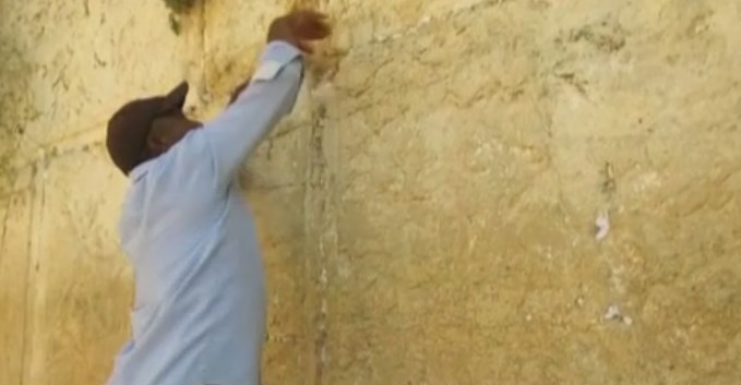 Kudüs'teki ağlama duvarı bırakılan dualardan temizleniyor