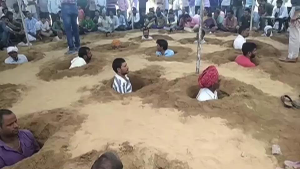 Hindistan'da çiftçiler kendilerini toprağa gömdü