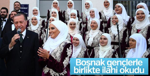 Erdoğan Boşnak gençlerle ilahi söyledi