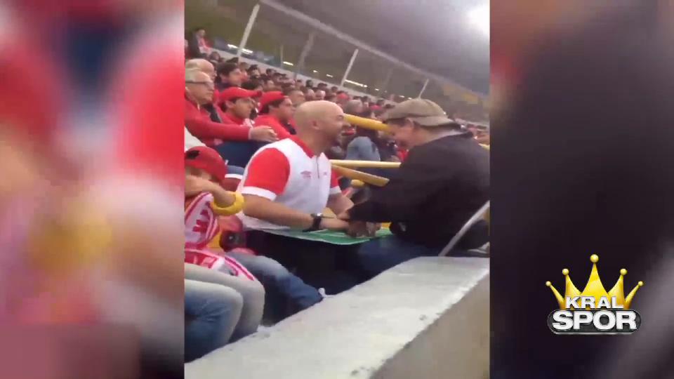 Gözleri görmeyen oğluna maçı resmen yaşattı