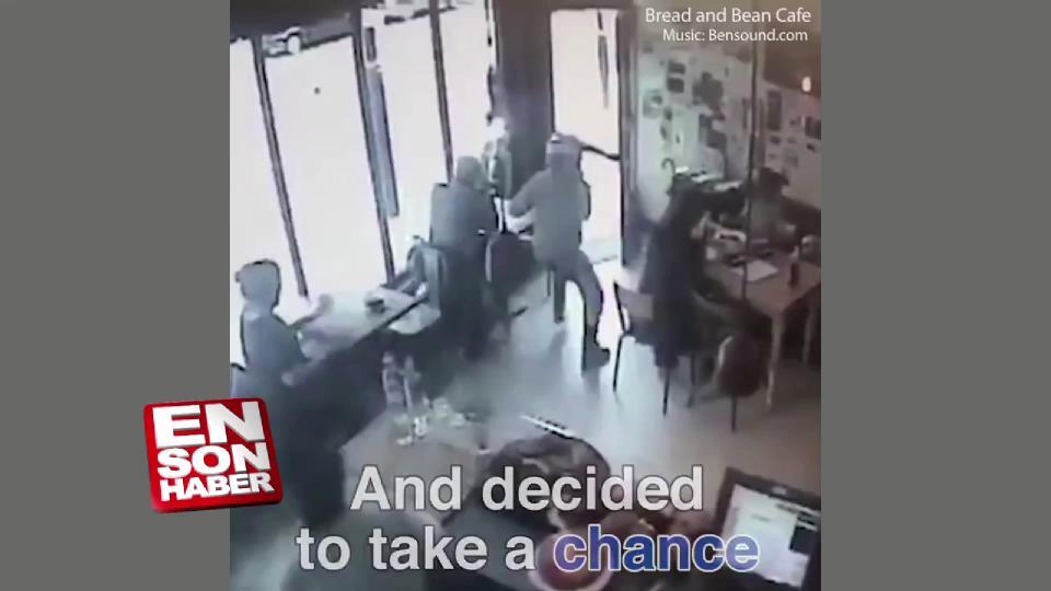 Hırsız restoranda oturan kadının bilgisayarını çaldı