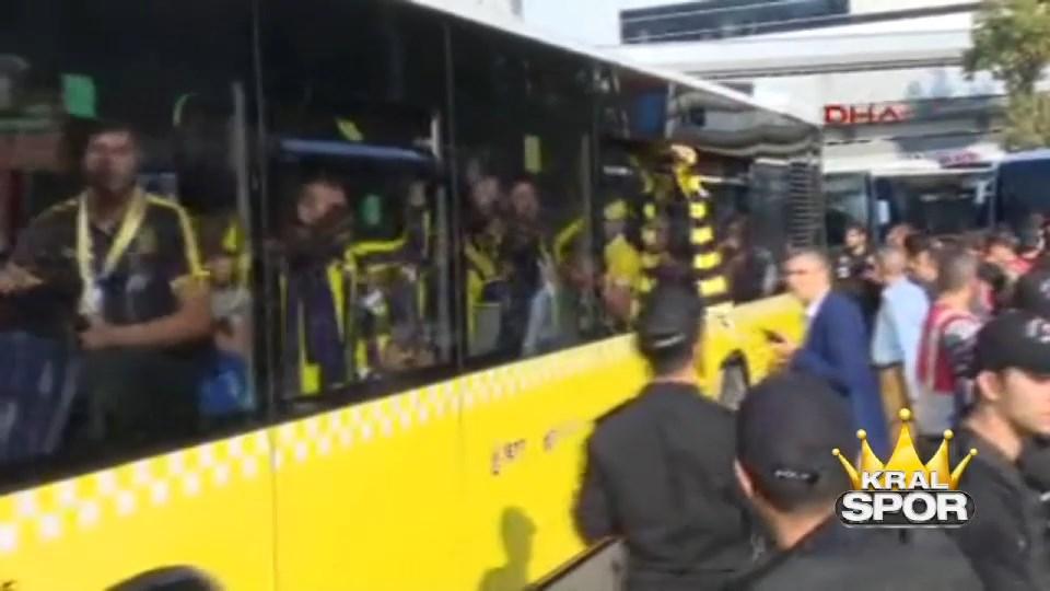 Fenerbahçeli taraftarlar Türk Telekom Stadı'na doğru yola çıktı