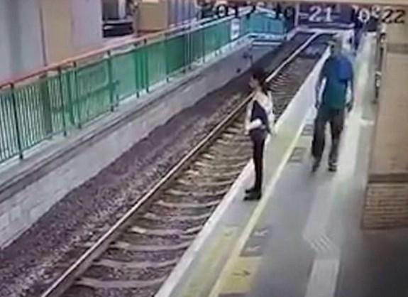 Çin'de bir adam güvenlik görevlisini raylara itti