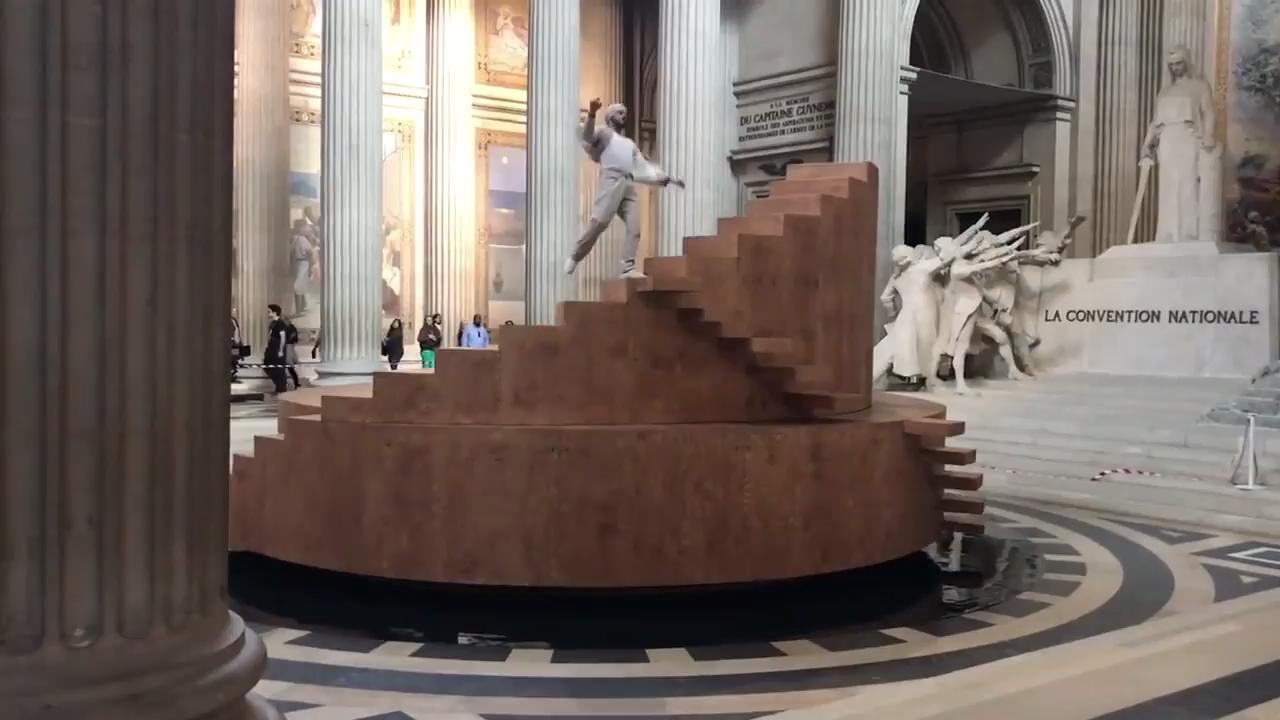 Fransız dansçının büyüleyen gösterisi