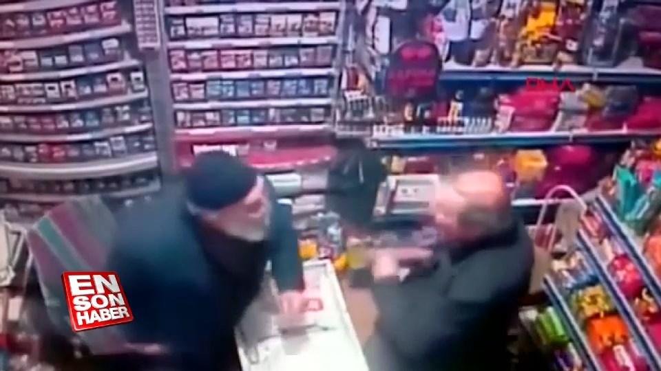 77 yaşındaki bakkal amca kendisini dolandırmak isteyen kişiyi tokatlayarak iş yerinden kovdu 40