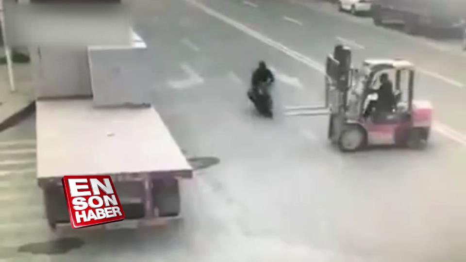 Forklift çalatına çarpan motosikletli