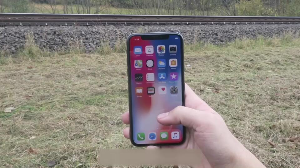 iPhone X'in üzerinden tren geçti