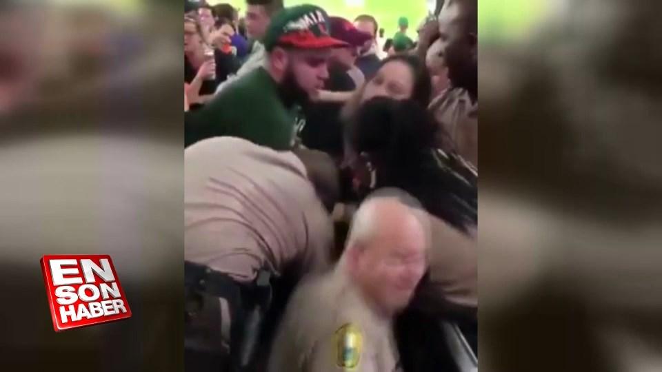 Miami'de polis taraftarı yumrukla gözaltına alıyor