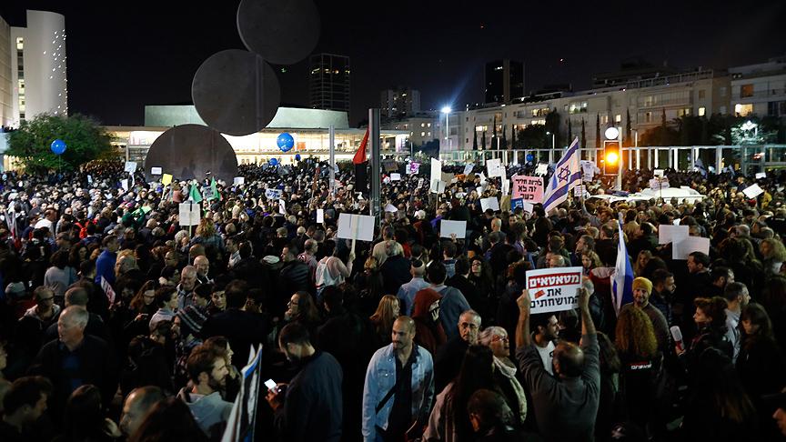 Tel Aviv'de On binler Netanyahu'yu protesto etti