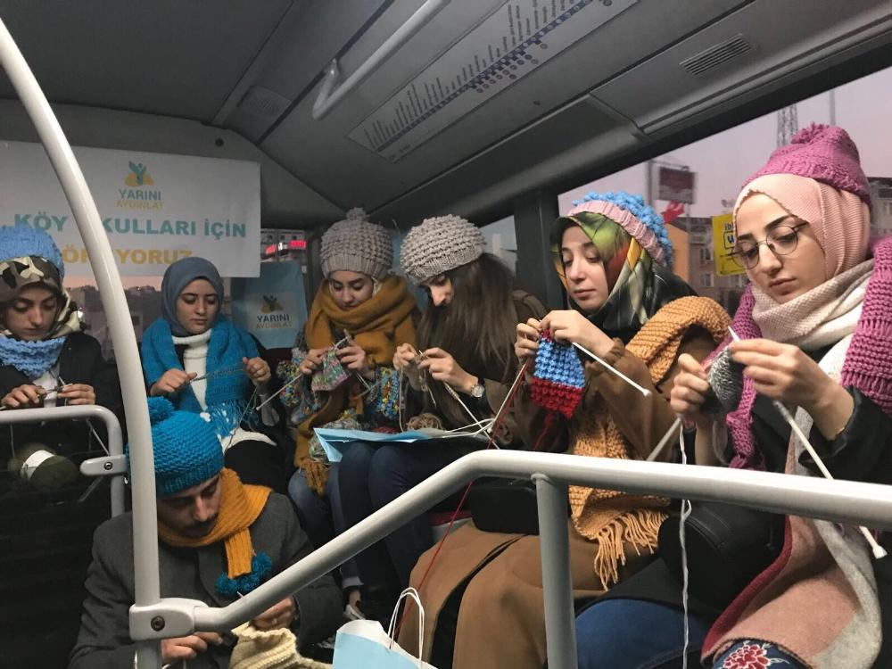 Farkındalık yaratmak için metrobüste örgü ördüler