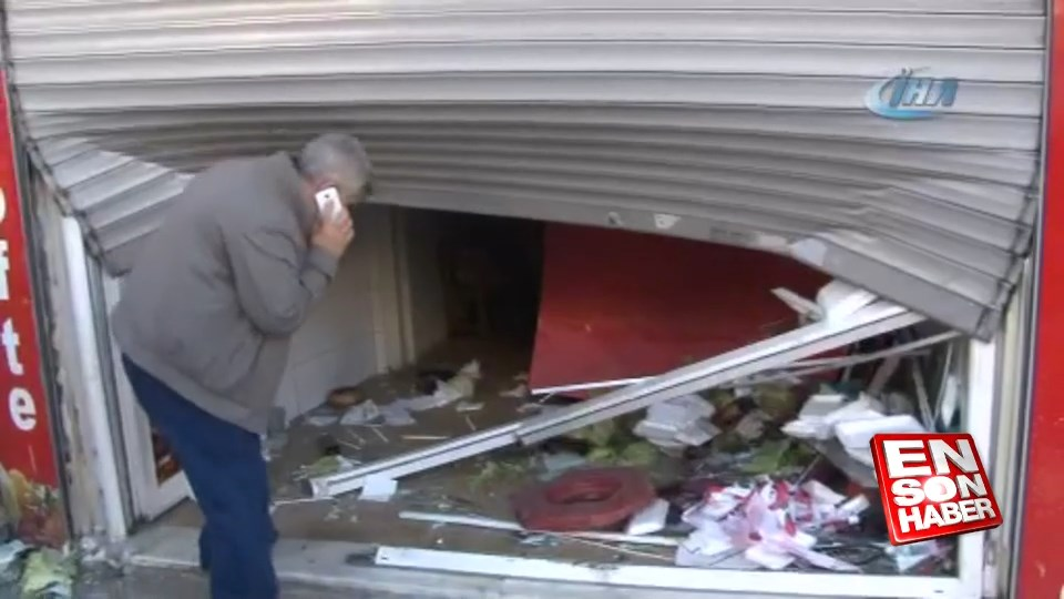 Freni tutmayan otomobil çiğ köfteci dükkanına girdi