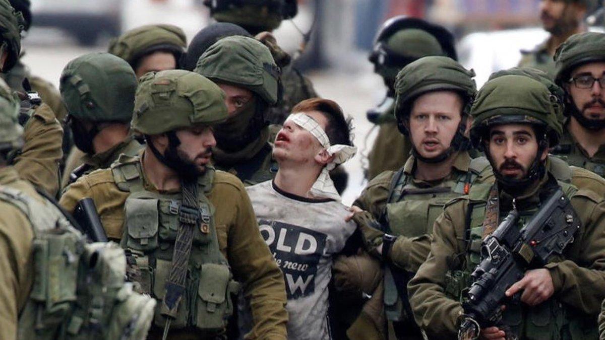 14 yaşındaki Filistinli Fevzi El-Junidi'nin gözaltına alındığı an