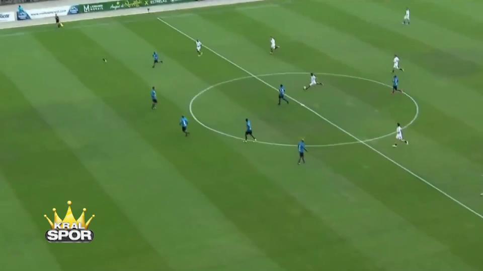 Ronaldinho orta sahadan kaleciyi avladı