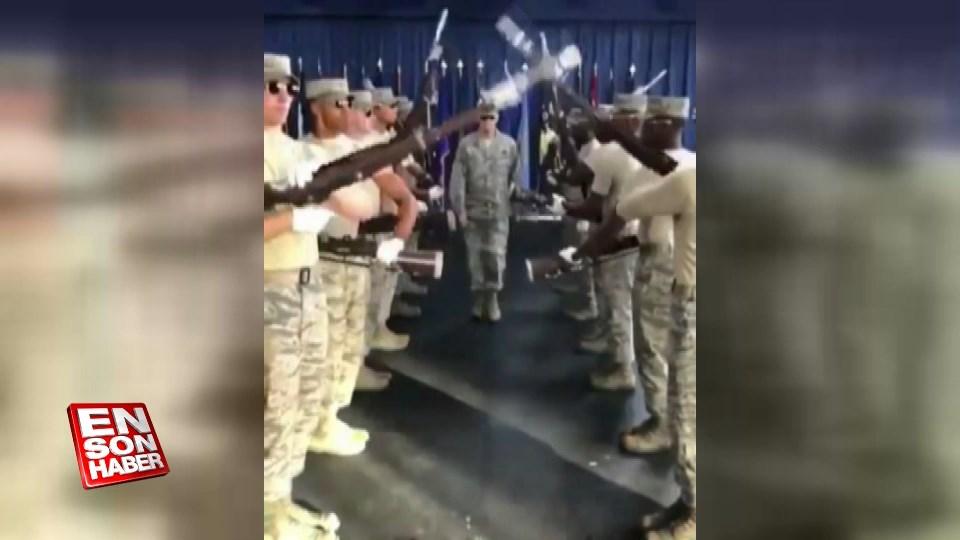 Askerlerden senkronize selam