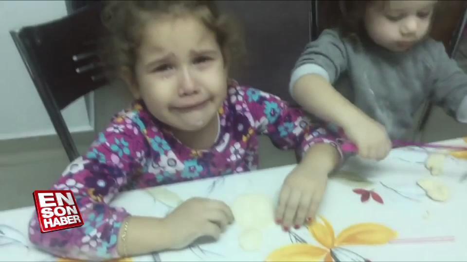 Hamurdan yaptığı kardan adam için ağlayan küçük kız
