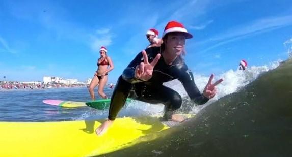 Florida'da 837 kişi Noel Baba kılığında sörf yaptı