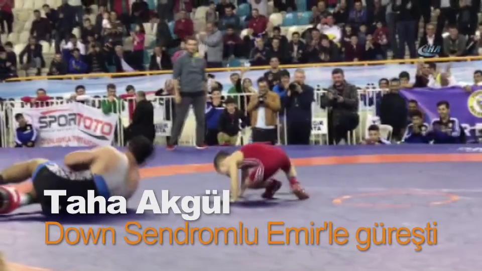 Taha Akgül Down Sendromlu minik Emir'le güreşti