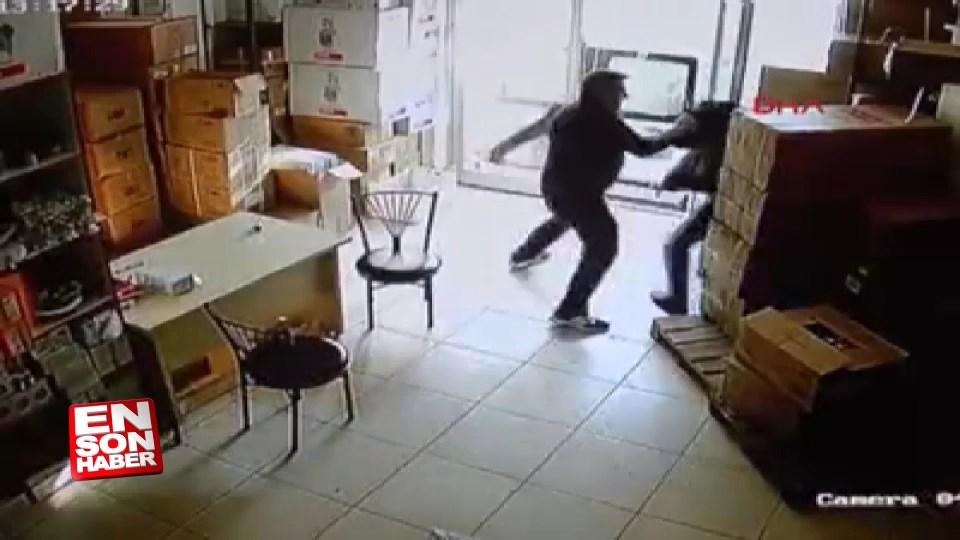 İşyerine giren şüpheliyi tekme tokat dövdü