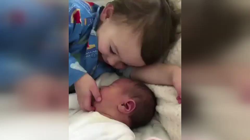Küçük çocuğun minik kardeşine şefkati