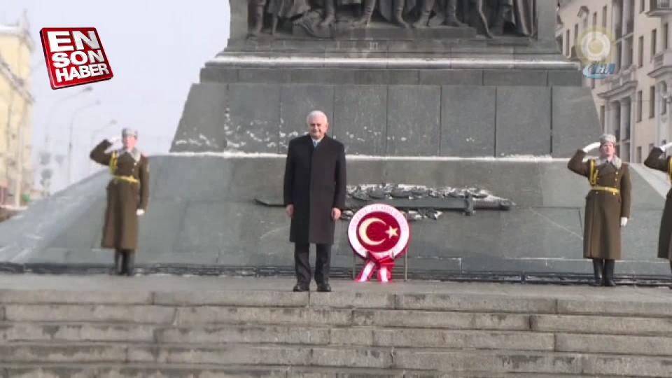 Başbakan Yıldırım, Belarus'ta Zafer Anıtı'na çelenk koydu