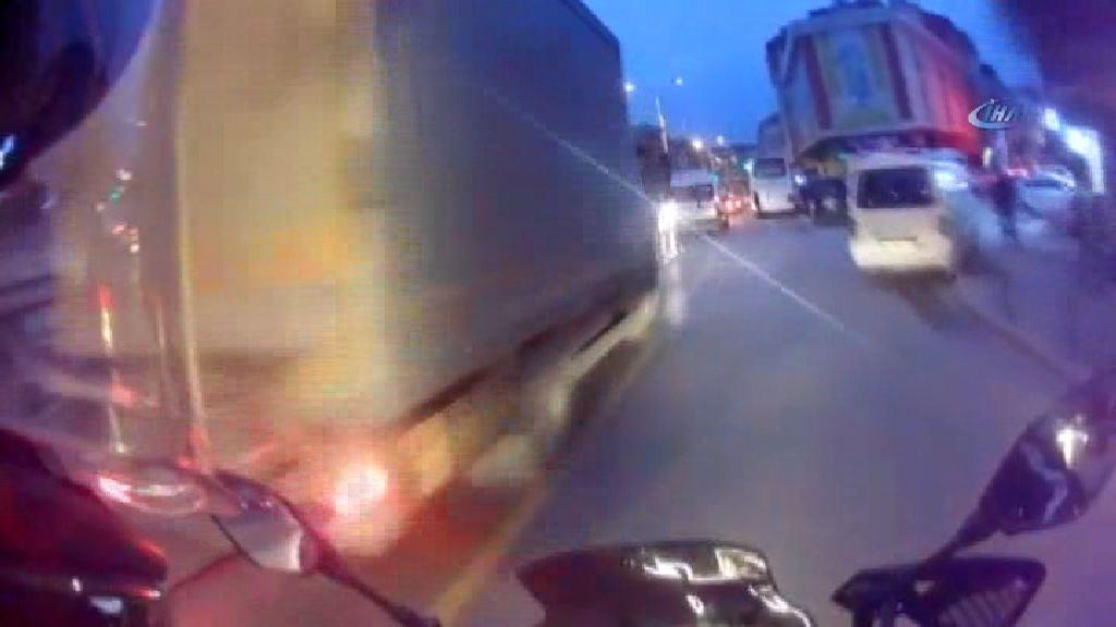 Önüne kıran kamyonet yüzünden ölümden döndü