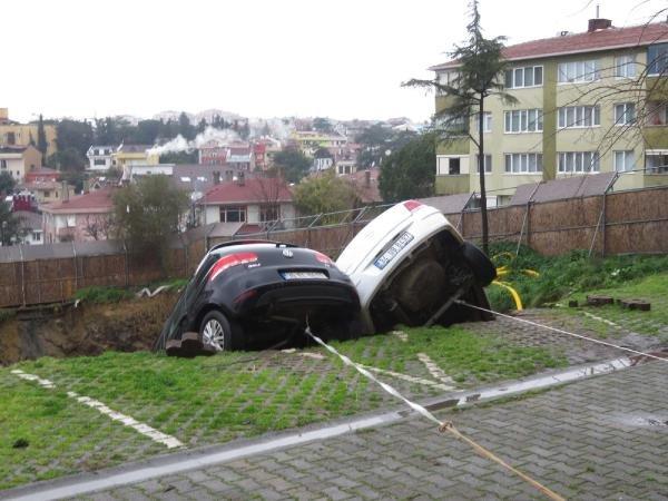 Kadıköy'de toprak kaydı iki araç askıda kaldı