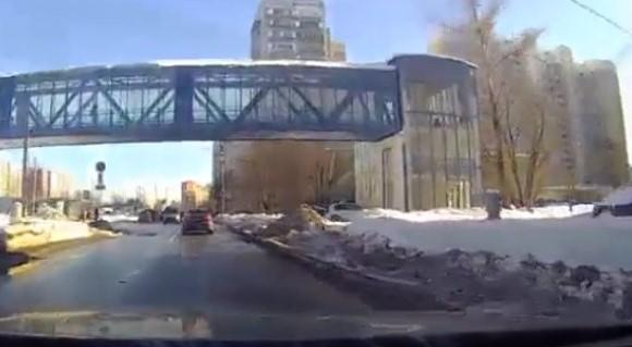 Rusya'da üst geçidin altından geçen araca kar sürprizi