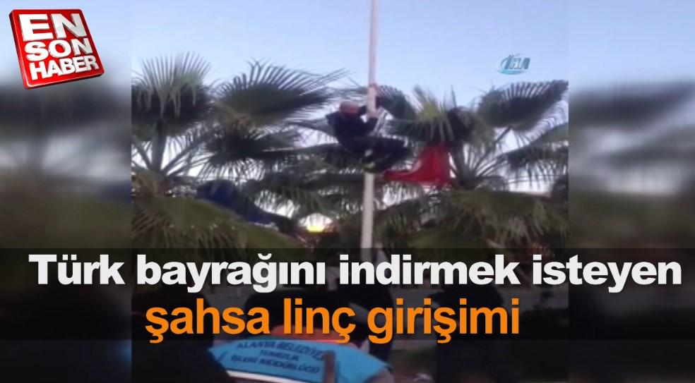 Türk bayrağını indirmek isteyen şahsa linç girişimi