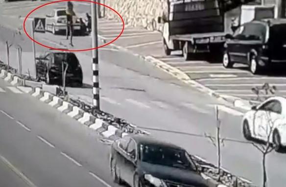 Ürdün'de cep telefonuyla konuşan kadına araba çarptı