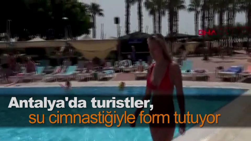 Antalya'da turistler, su cimnastiğiyle form tutuyor